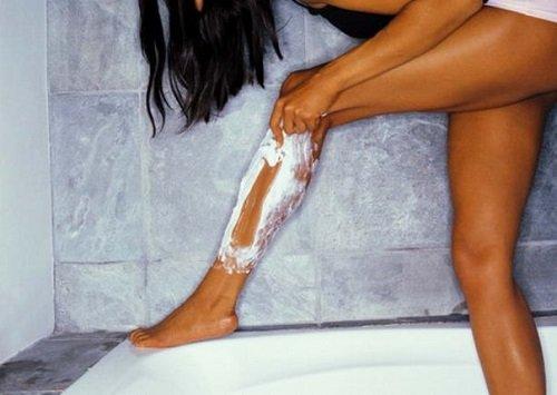 девушка бреет ноги