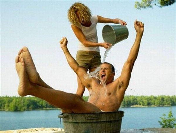 пара обливается водой