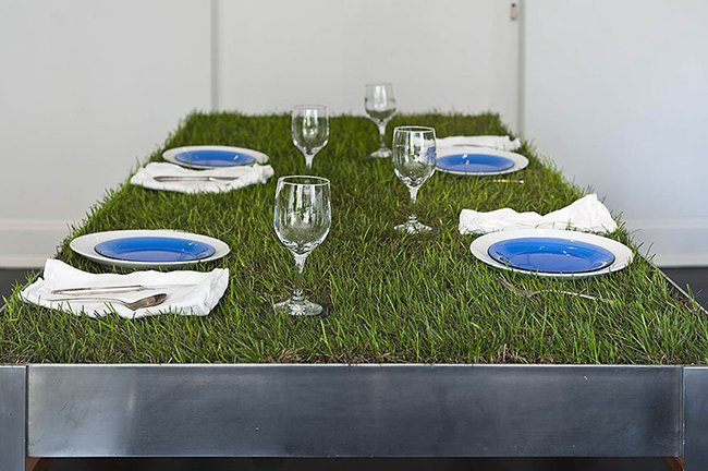 стол с травой