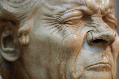 лицо статуи