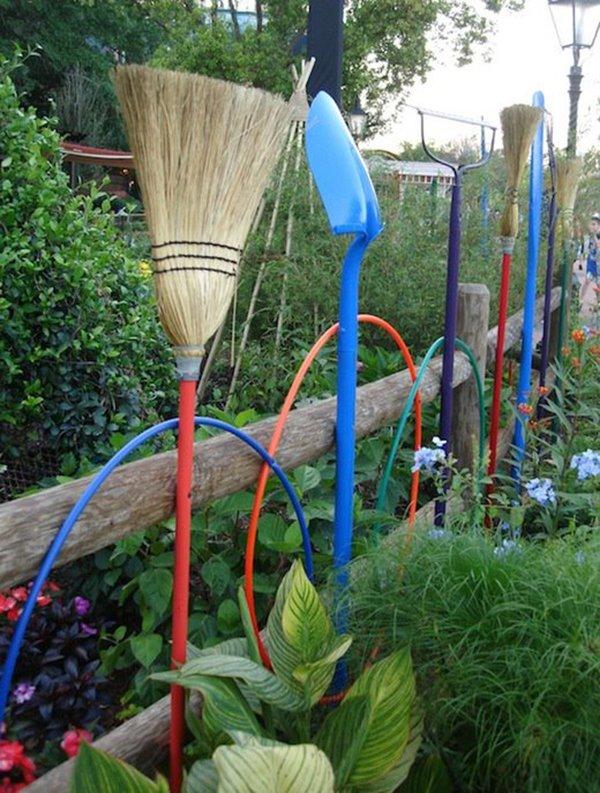 забор из садовых инструментов