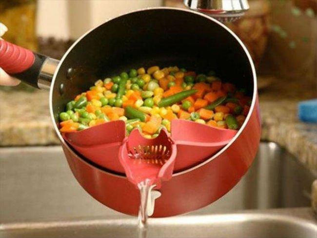 сливать воду из кастрюли