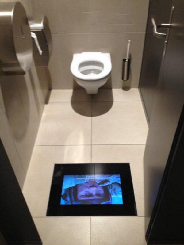 экран в туалете кинотеатра