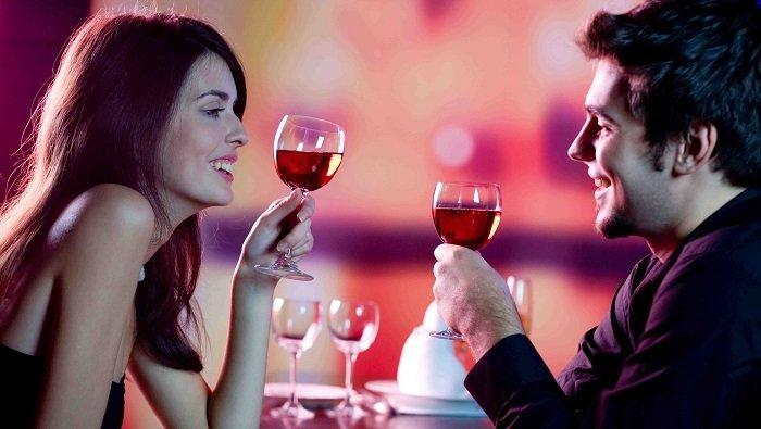 парень и девушка с вином