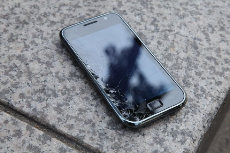 поцарапанный телефон