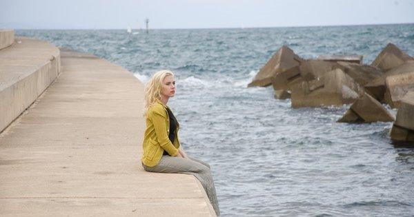 женщина возле моря