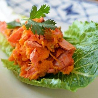 лосось на листке салата