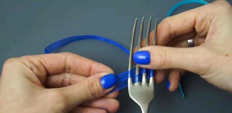 как сделать аккуратный бантик с помощью вилки