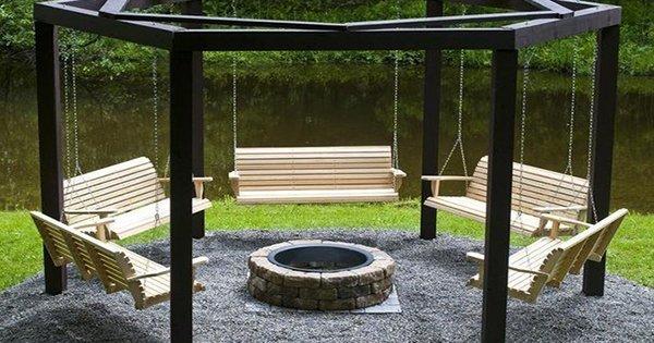 Идеальное место для вечерних посиделок летом: беседка с качелями у костра.