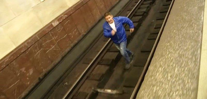 человек упал на рельсы в метро фото