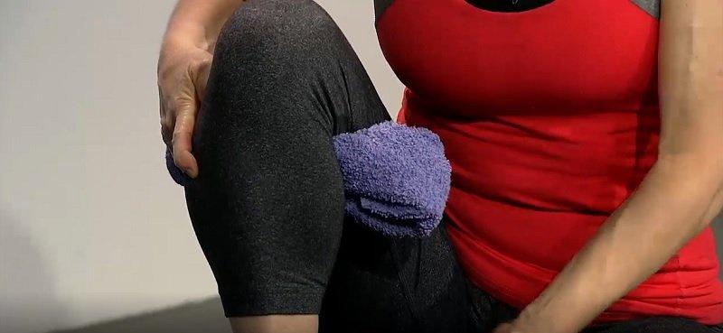Якщо болять коліна, завжди користуйтеся цим трюком! Потрібен тільки рушник …