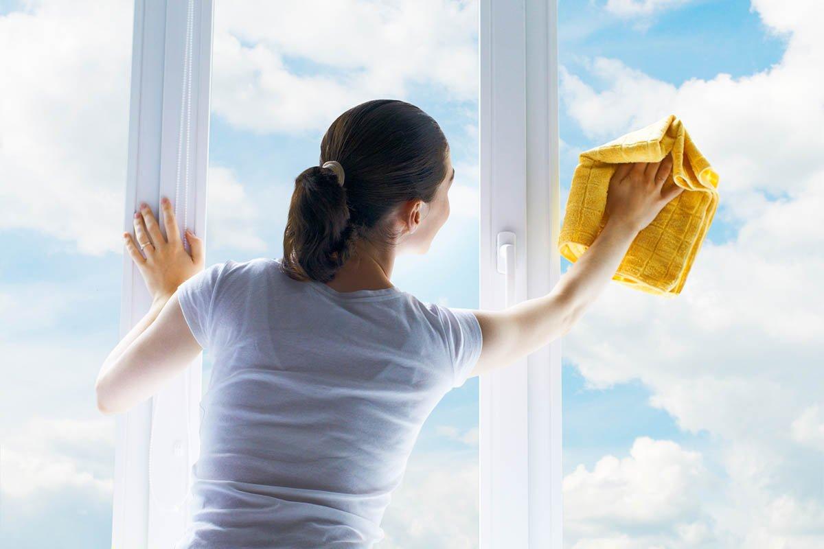 Мамин способ отмыть дочиста оконные рамы и системы раздвижных дверей от грязи, что накопилась за зиму