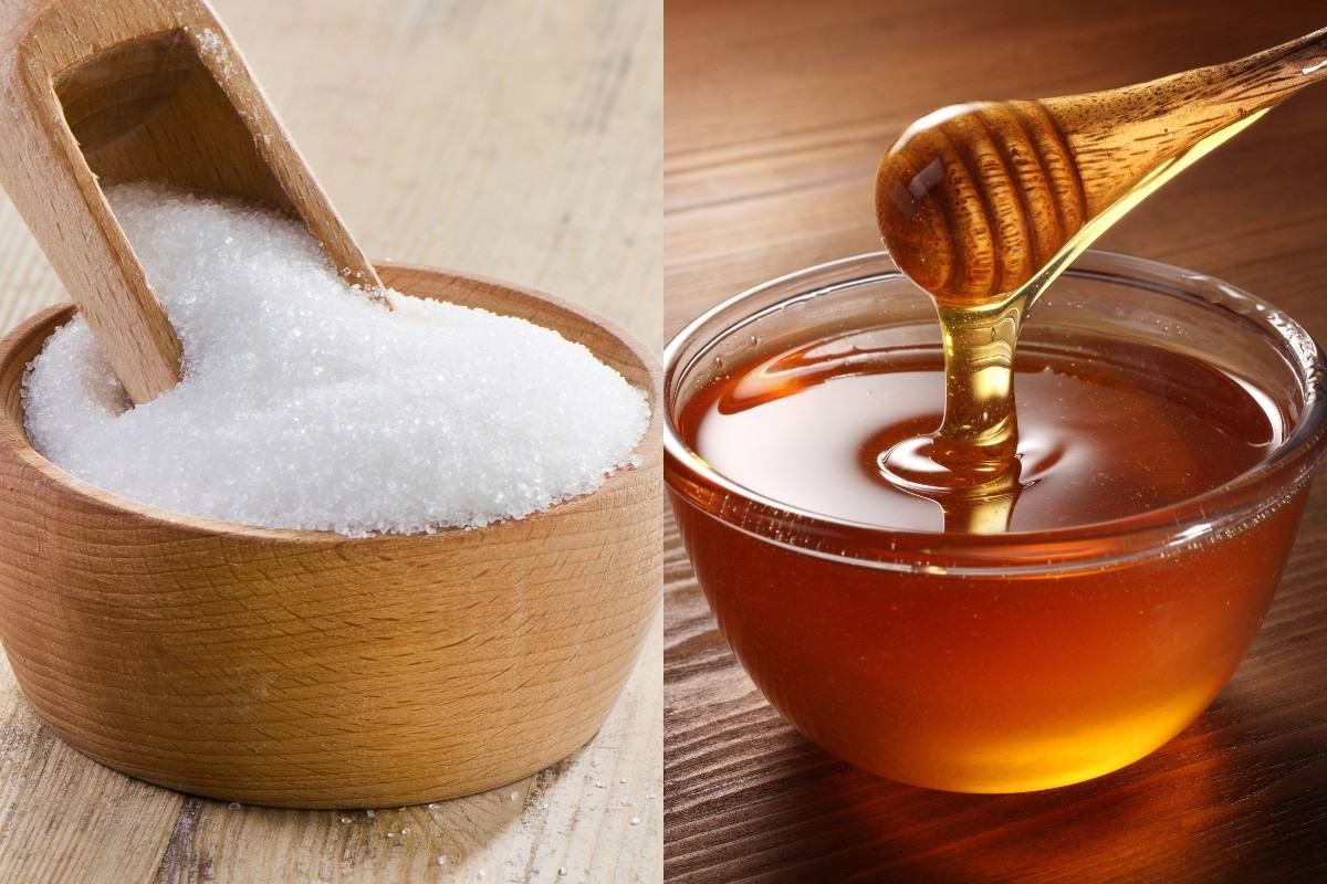 слева сахар в сахарнице, справа мед в стеклянной тарелочке