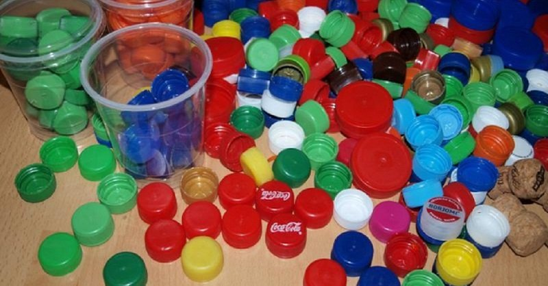 что делают из пластиковых крышек