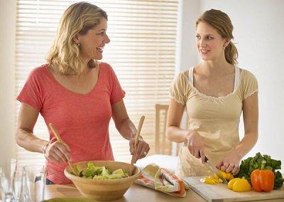 женщины готовят салат