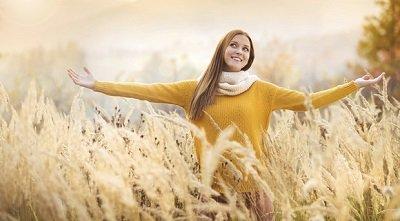 девушка осенью в поле