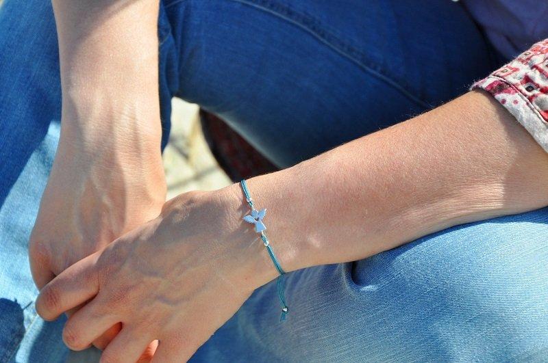 голубая нить на руке