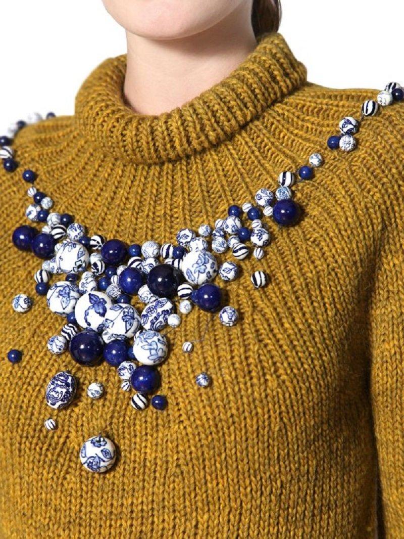 бусины на свитере