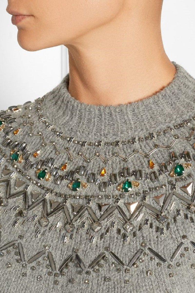 серый свитер с вышивкой