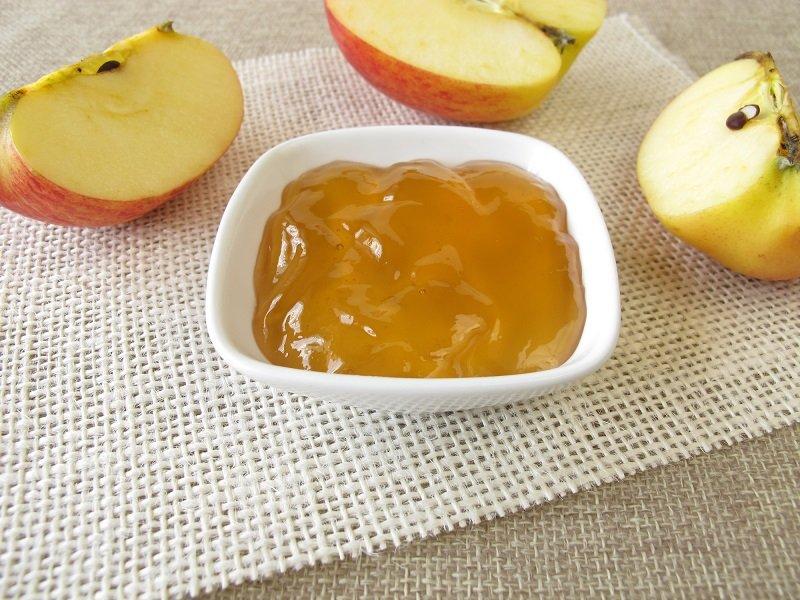 сладкий десерт с яблоками