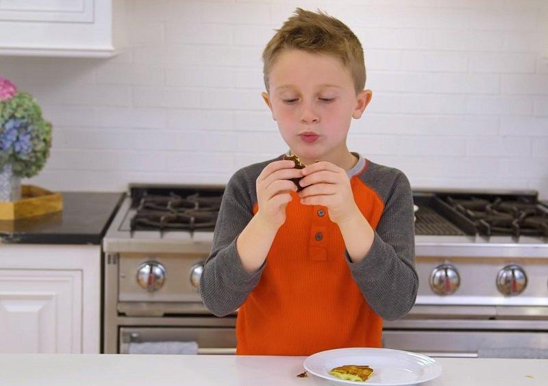 дети готовят сами торт