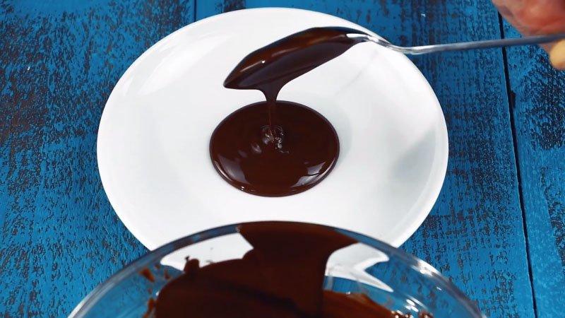 шоколад на тарелке