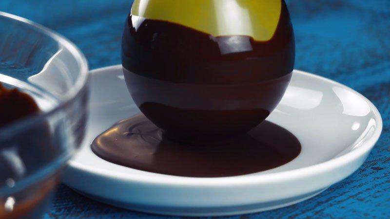 процесс приготовления шоколадного яйца