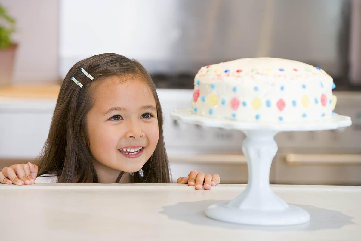 Выгнала незнакомого ребенка с дочкиного дня рождения, ведь девочка даже подарка не принесла ради приличия