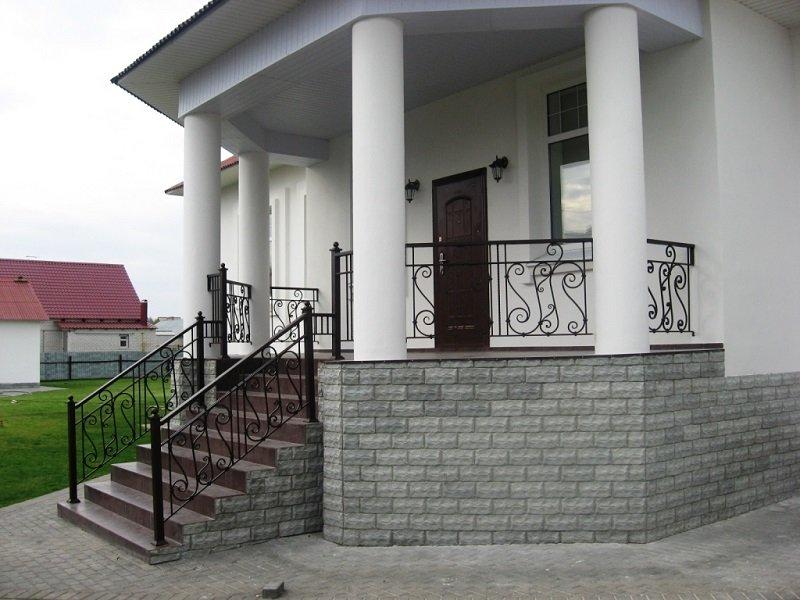 veranda na boku domu