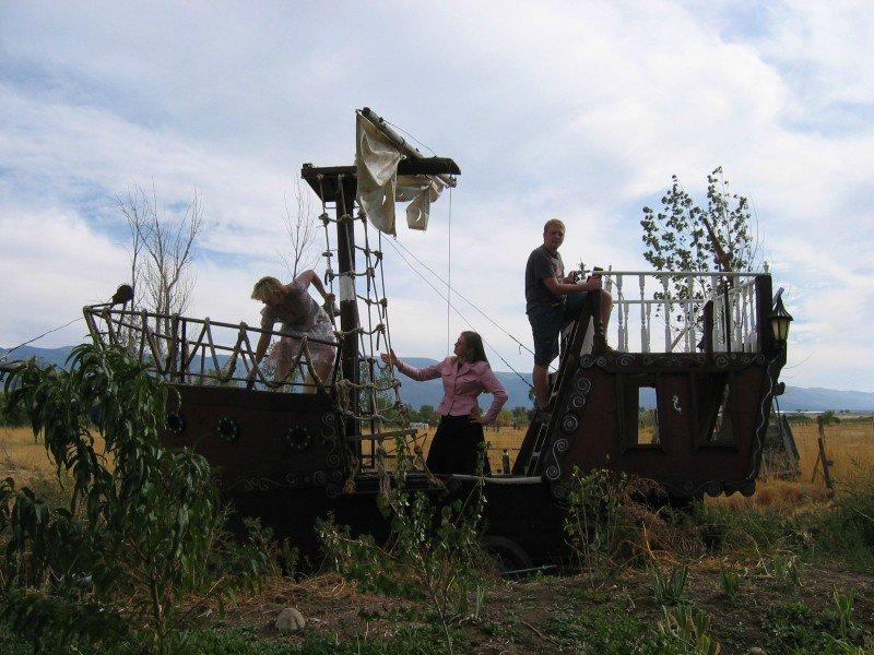 корабль на колесах