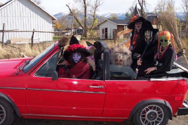 веселая семья на Хеллоуин