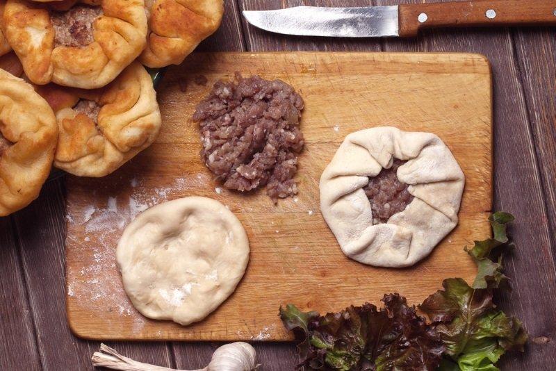 Домашні біляші з м'ясом на сковороді