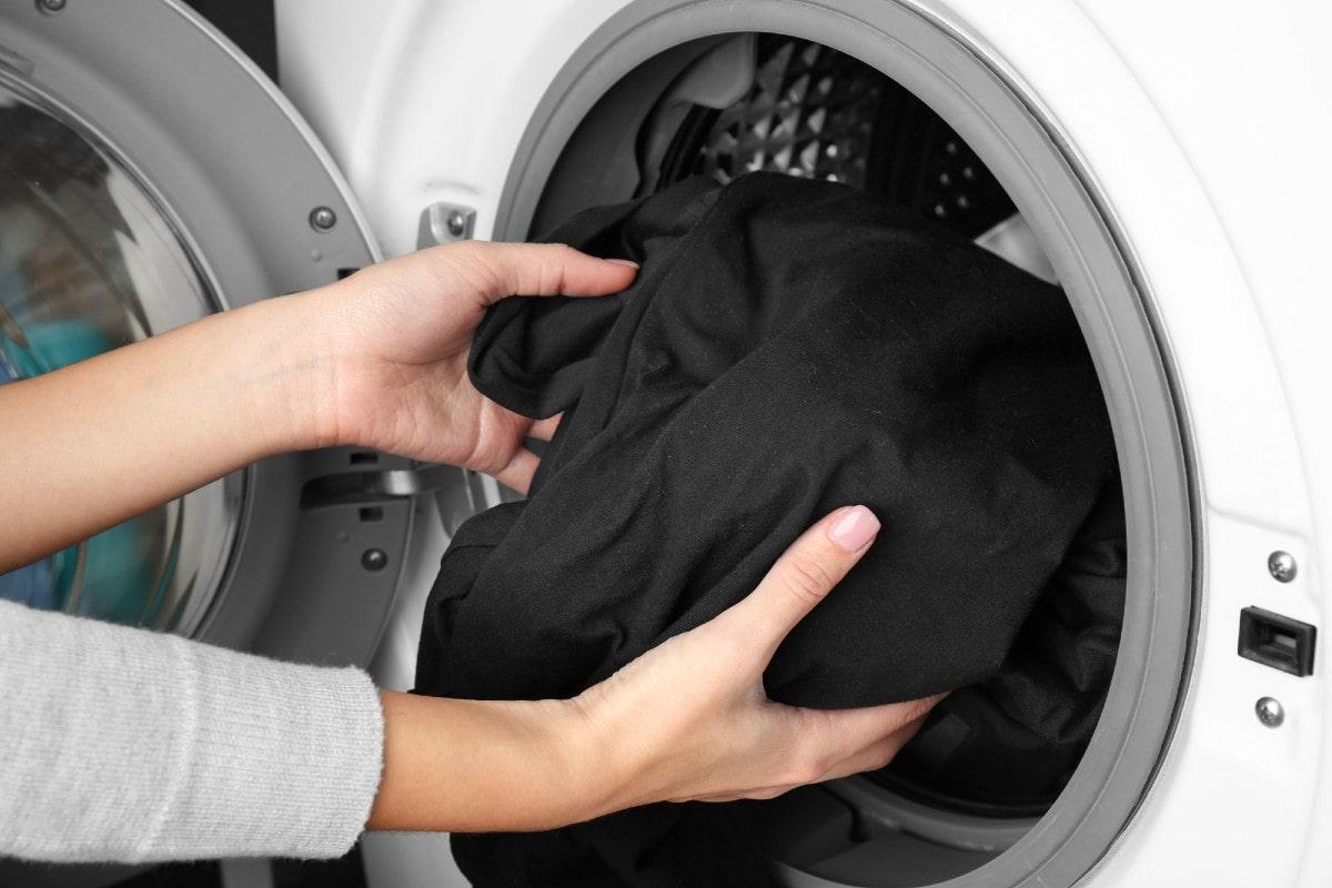 Почему на одежде иногда появляются незаметные дырки