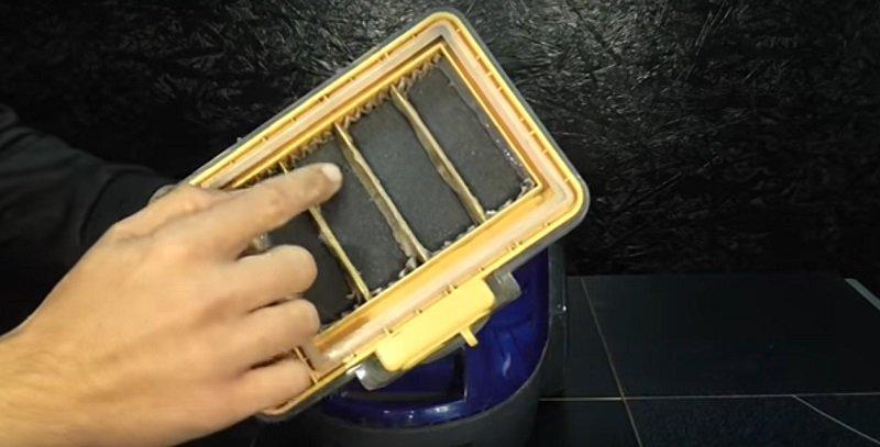 vodný filter vysávač s rukami nad hlavou