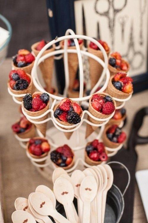 фрукты в вафельном стаканчике