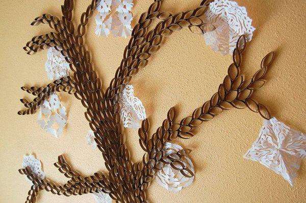 papírový strom na zdi