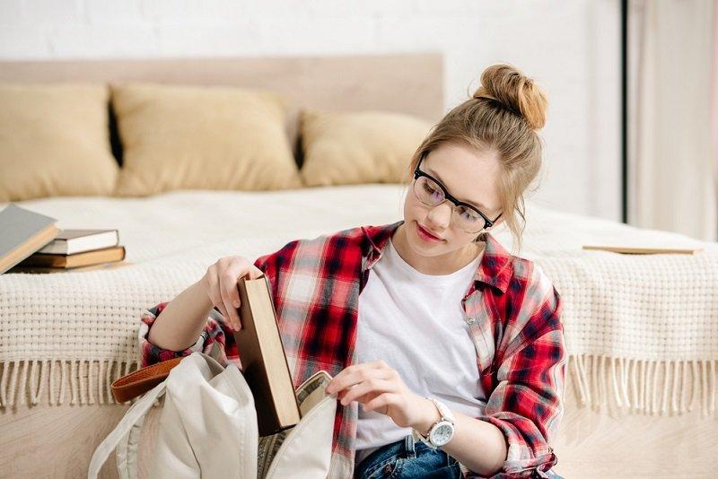 книги на кровати