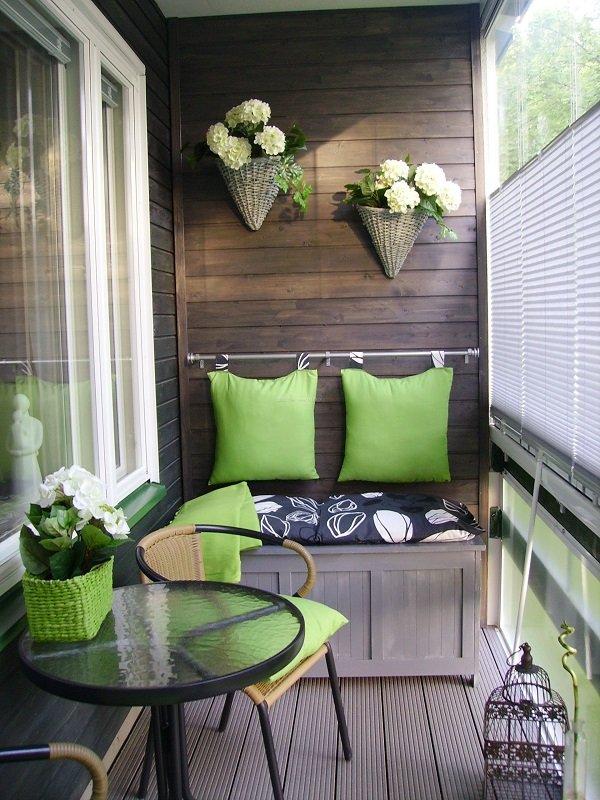 интерьер балкона с кирпичной стеной