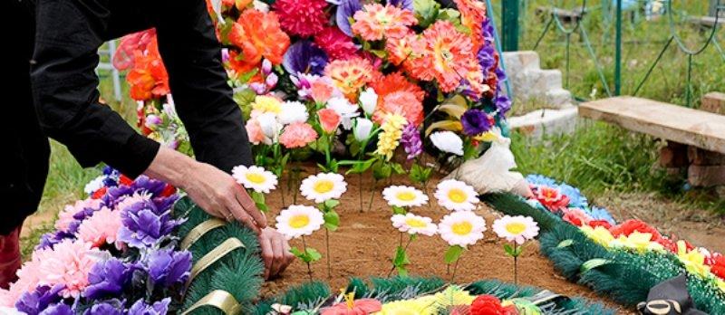 искуственные цветы на кладбище