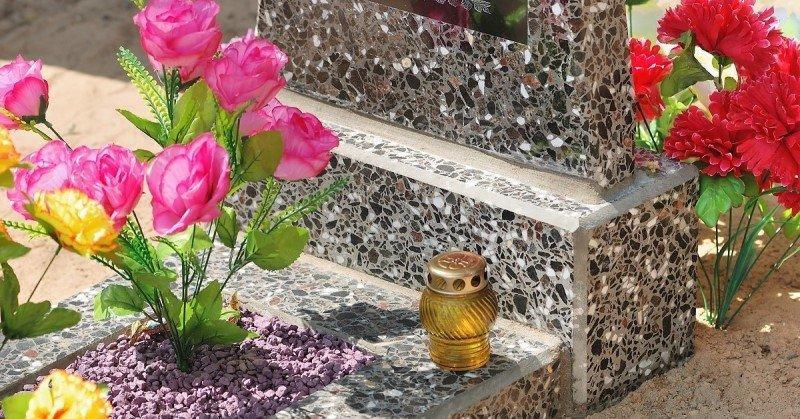 можно ли на кладбище приносить искусственные цветы