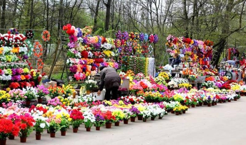 искусственные цветы с кладбища