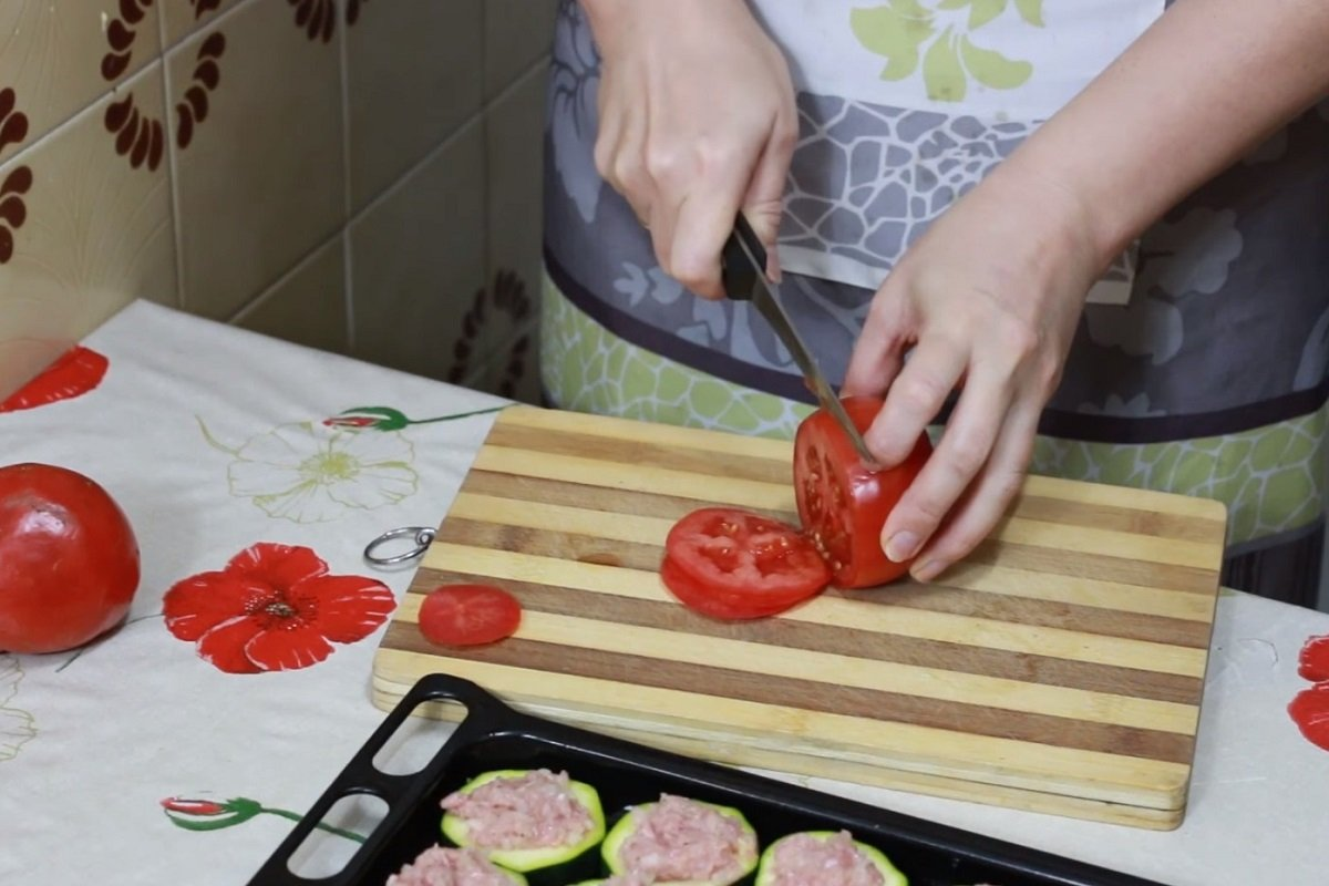 кабачки с фаршем помидорами