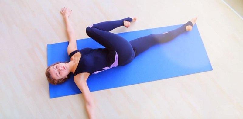как делать скручивания на полу