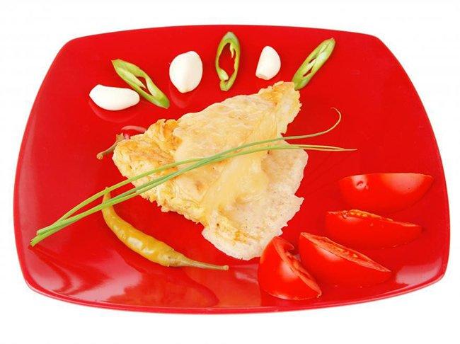 еда на красной тарелке