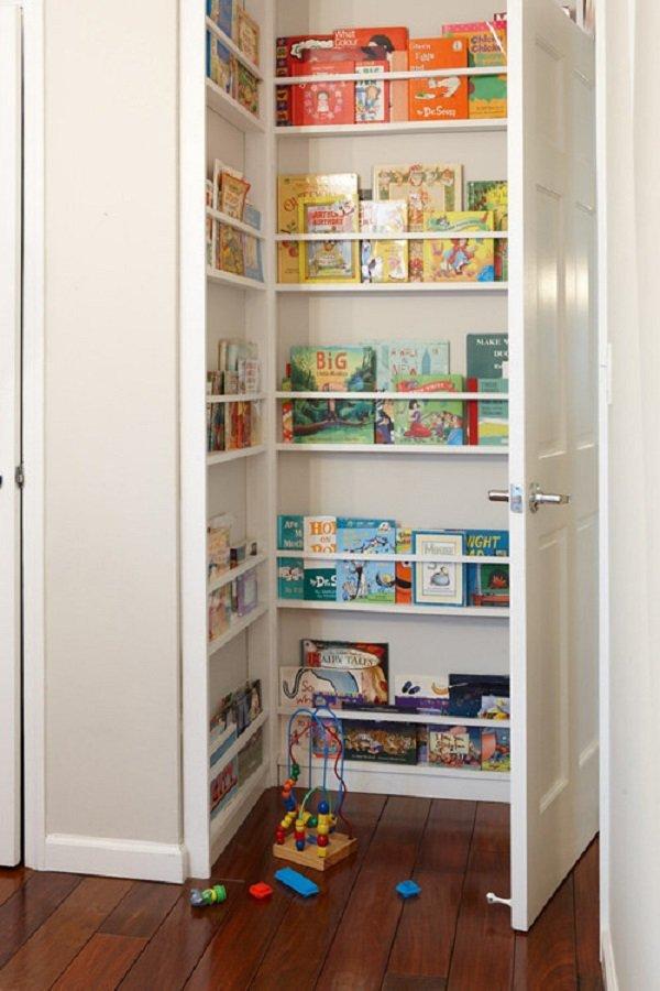 полки для книг за дверью