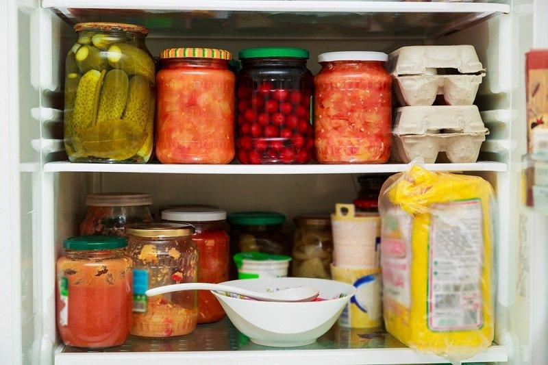 банки в холодильнике фото