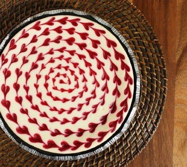 Стоит только нанести пару капель джема на пирог, как десерт превратится в концентрат наслаждения!