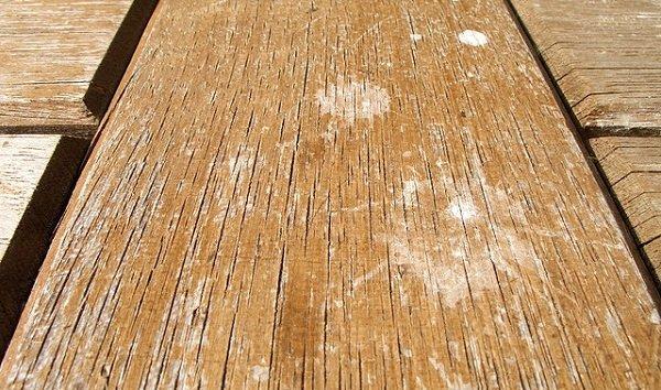 поцарапанная деревянная мебель