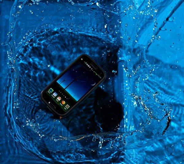 мобильный телефон в воде