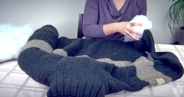 Вот такое чудо можно сделать при помощи старого свитера, иголки, нитки и подушки!